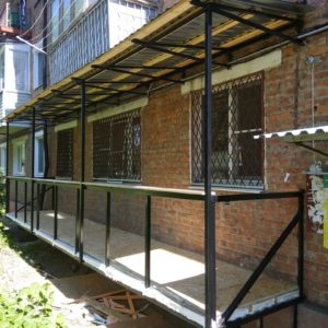 Отделка балконов на первом этаже